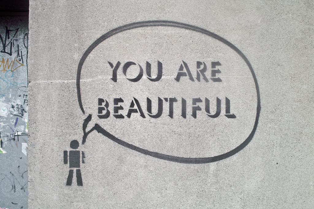 You are beautiful på grå væg